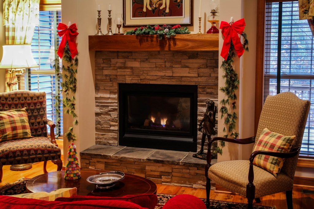selling a home during the holidays with decor