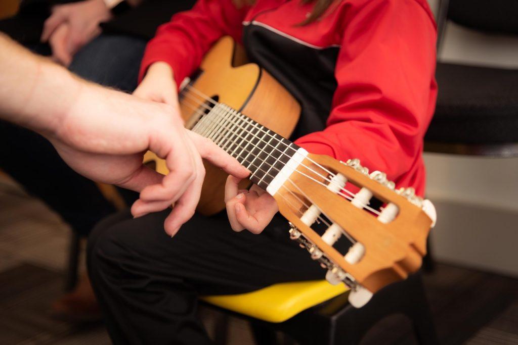 children learning guitar